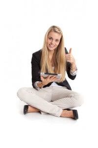 Frau mit Tablet Computer macht Daumen hoch